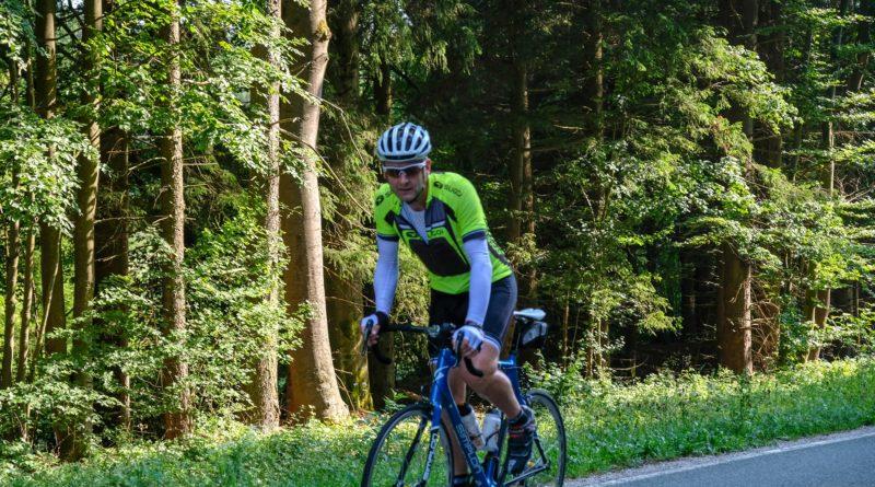 Bild zeigt einen Radfahrer, der bargauf im Wiegetritt radelt.