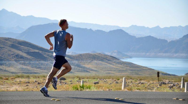 Zeigt einen Läufer der zügig läuft.