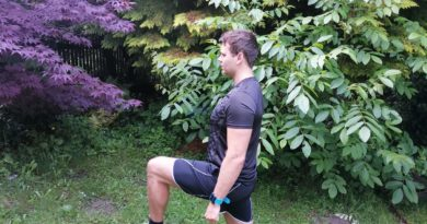 Sportler führt eine Kniebeuge im Ausfallschritt durch unter Verwendung einer instabilen Unterlage.