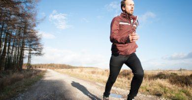 Läufer läuft schnell auf einer Forststraße