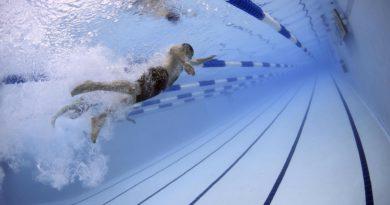 zeigt Schwimmer auf einer Bahn