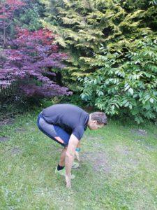 Athleten bei der Ausführung eines Strecksprungs in der Hockposition.