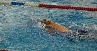 zeigt Schwimmer beim Kraulen