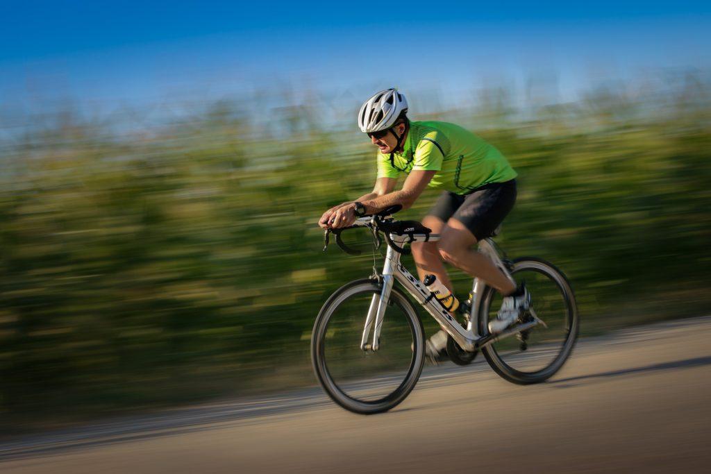 Triathlet fährt Rad