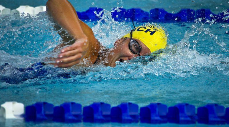 zeigt Schwimmer beim Trainieren