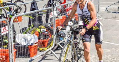 zeigt Sportlerin beim Wechsel im Triathlon