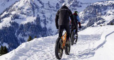 zeigt Sportler beim Mountainbiken im Schnee