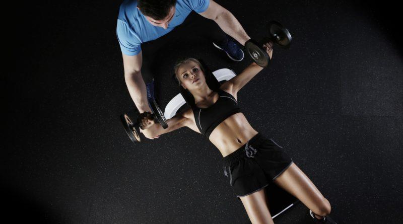 zeigt Athletin beim Krafttraining