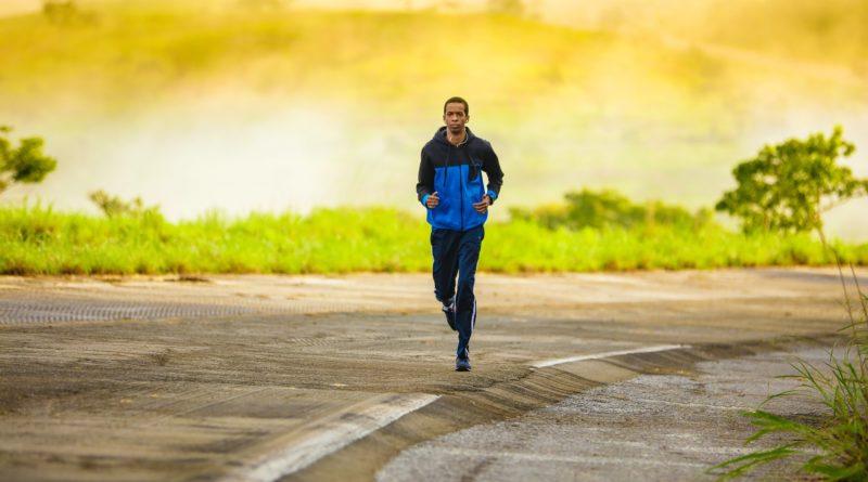 zeigt Läufer im Herbst
