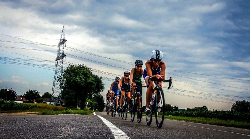 Triathleten am Bike