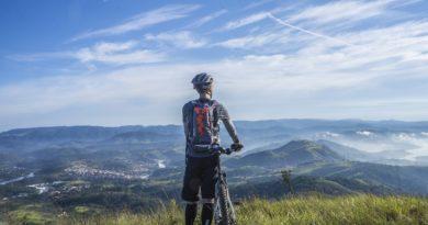 zeigt Mountainbiker am Berg