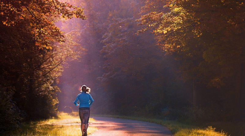Frau trainiert am Morgen